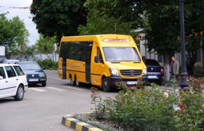 Conducătorii de vehicule destinate transportului de elevi sunt verificați de polițiști!