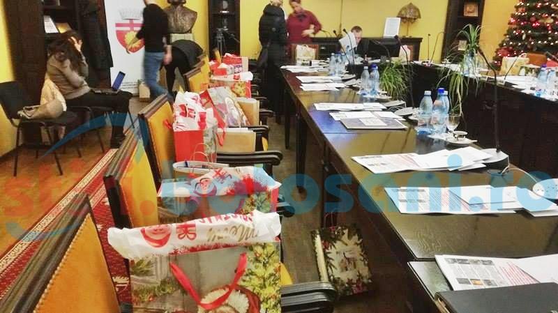 Consilierii locali, cu brațele pline de daruri - FOTO