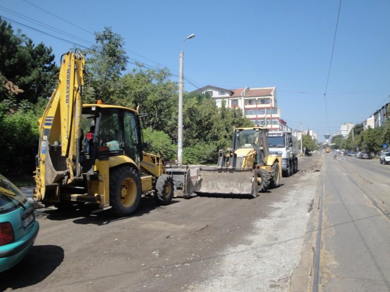 Constructori puşi la plată, după ce o maşină s-a stricat circulând pe o stradă din Botoşani!