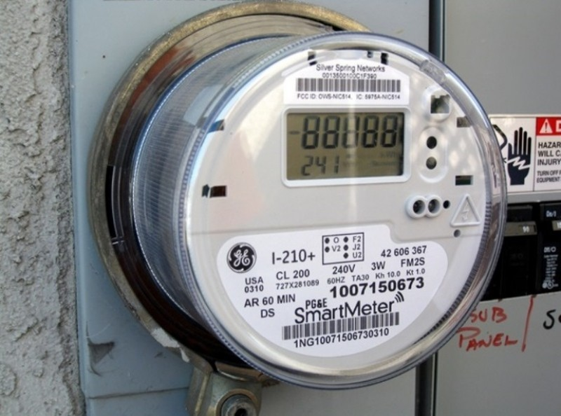 """Consumatorilor care refuză """"nejustificat"""" montarea de contoare inteligente li se va putea tăia curentul electric"""