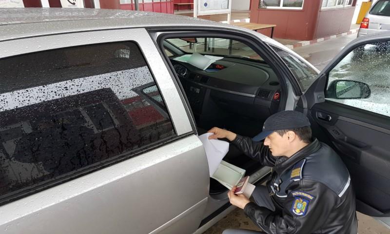 """Contrabandă cu soția la volan: Vigilența polițiștilor le-a """"ușurat"""" mașina de țigările netimbrate!"""