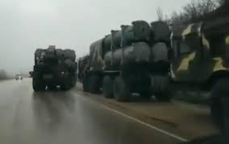 """Convoi militar rusesc filmat lângă granița cu Ucraina. Poroșenko vorbește de un """"război în toată regula""""!"""