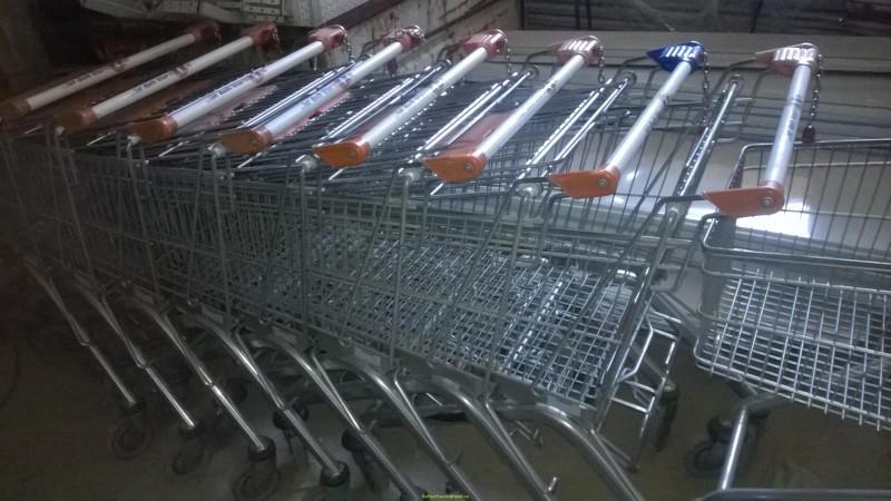Copii de 13 ani, prinși la miezul nopții cu cărucioare furate de la supermarket!