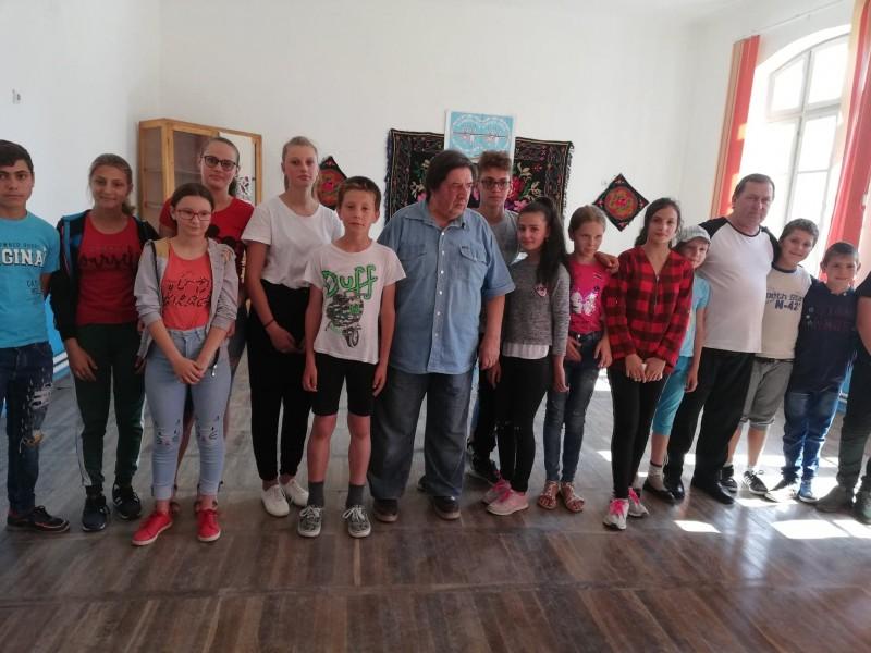 """Copii dintr-o comună, """"La taifas"""" cu un rapsod, despre tradițiile locale"""