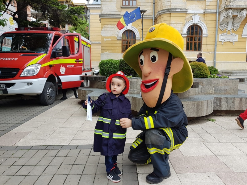 Copiii s-au distrat alături de pompierul Sam, de Aky şi Daisy de ziua lor FOTO