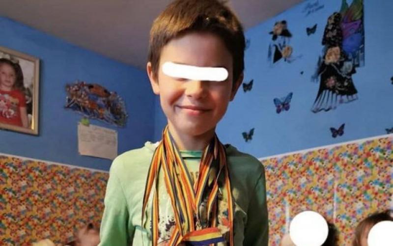 """Copilul de opt ani din Botoșani care-şi îngrijeşte cele patru surori. A fost părăsit de tată, iar mama munceşte în Germania: """"Le iubesc tare mult şi încerc să le fie călduţ"""""""