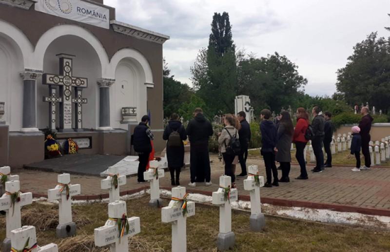 """Corul Misionar """"Sfîntul Ioan Iacob Hozevitul"""" și Frăția Ortodoxă """"Sfîntul Mare Mucenic Gheorghe Purtătorul de Biruință"""" au depus ieri coroane de flori la monumentele închinate eroilor"""