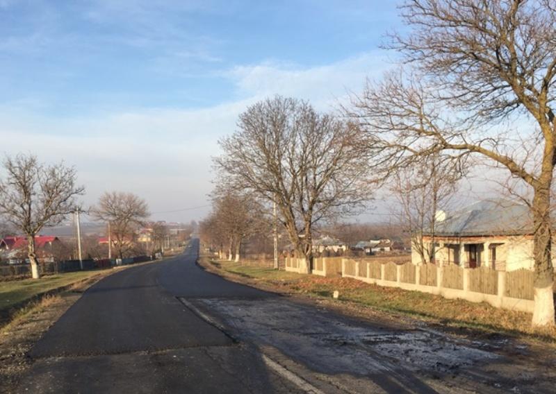 Covor asfaltic pe un drum plin de gropi