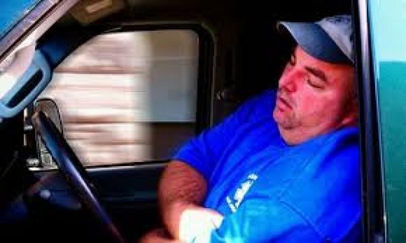 Credeați că le-ați auzit pe toate? A adormit la volan într-o intersecţie, în timp ce aştepta culoarea verde a semaforului!