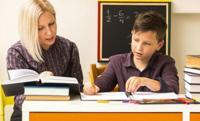 Cu lupa pe profesori: Consiliul Naţional al Elevilor cere fiscalizarea meditaţiilor şi sancţionarea profesorilor care nu declară aceste surse de venit