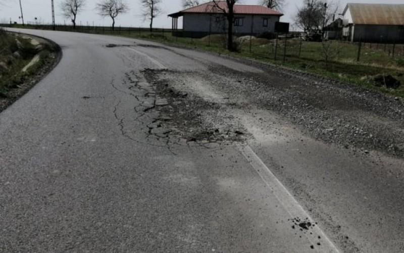 """Cum a ajuns să se strice în şase luni un drum proaspăt refăcut. """"Mai bine nu-l asfaltau deloc"""""""