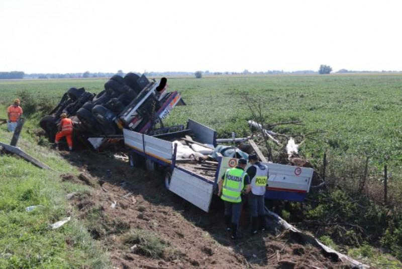 Cum arată mașina unui român care s-a răsturnat în afara drumului și de ce Italia îl consideră un erou!