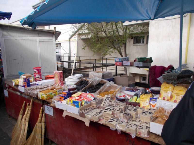 Cum au ajuns peștele, tăițeii și biscuiții, de pe taraba din piață, în Camera de corpuri delicte a Poliției Locale! FOTO