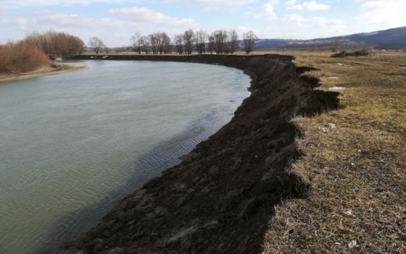 """Cum """"mănâncă"""" apele hectare din teritoriul României la graniţa de est. Lipsa de reacţie a autorităţilor"""