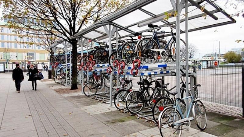 Cum nu avem autostrăzi, parlamentarii români au hotărât să se infiițeze mii de parcări pentru biciclete. Legea a fost trimisă la președinte spre promulgare