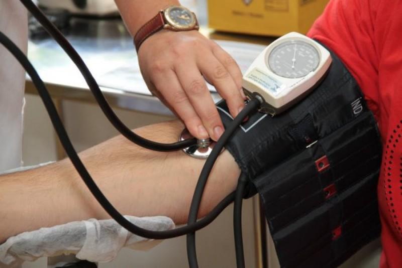 Cum se măsoară corect tensiunea arterială. Iată detaliul care ți-ar putea salva viața!