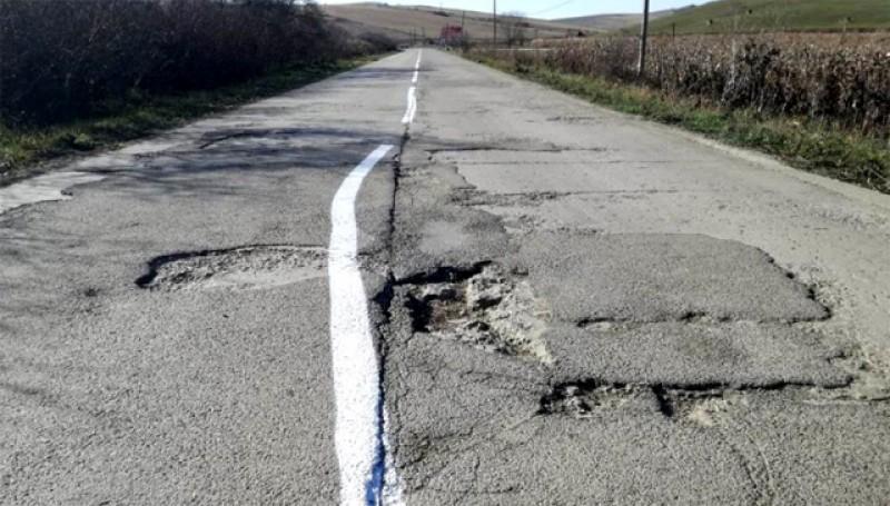 Cum sună asta: România are 26.860 de kilometri de drumuri pietruite și de pământ, aproape 30% din total, iar 43,1% din lungimea totală a drumurilor au durata de serviciu depășită