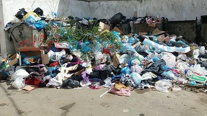 Curăţenia de Paşti din casele botoşănenilor umple peste măsură platformele de gunoi