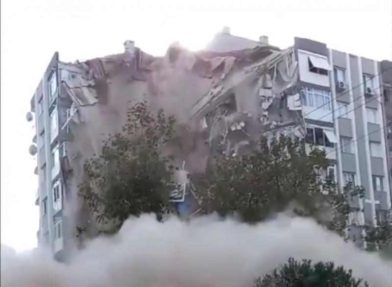 Cutremur în Turcia. Momentul în care un bloc s-a prăbușit (Video)
