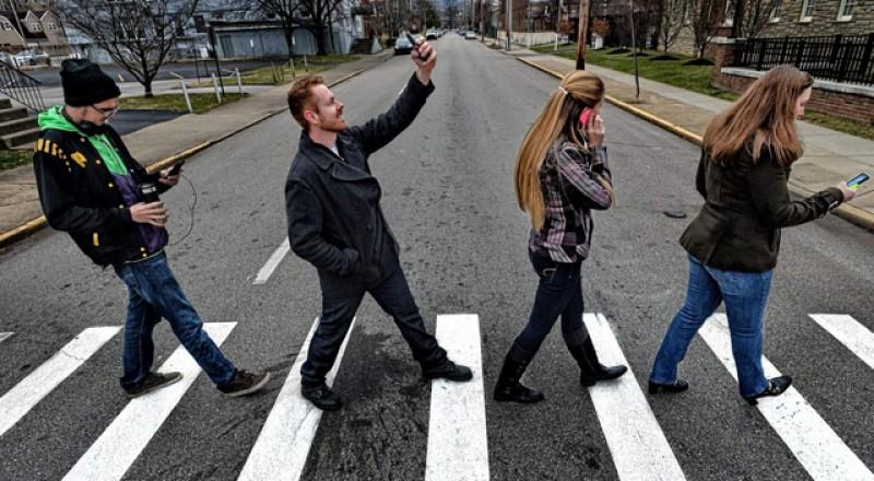 Dacă ești mai tot timpul la volan, ar trebui să știi: 4 din 10 români se uită în telefon când traversează strada!