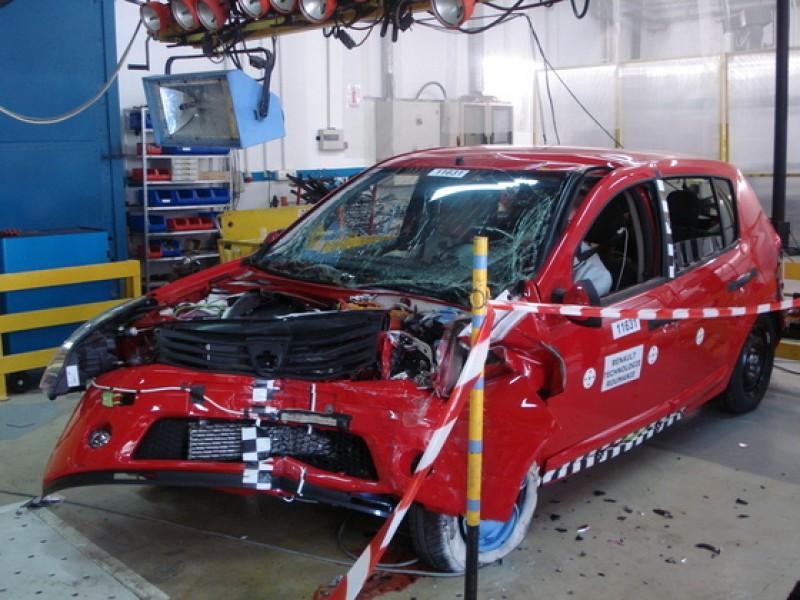 Dacia Sandero - crash test la uzina Dacia
