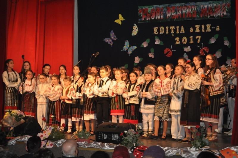 """Dăruire și zâmbete de copii - Concertul omagial """"Flori pentru mama"""", ediția a XIX-a, Dorohoi! FOTO"""