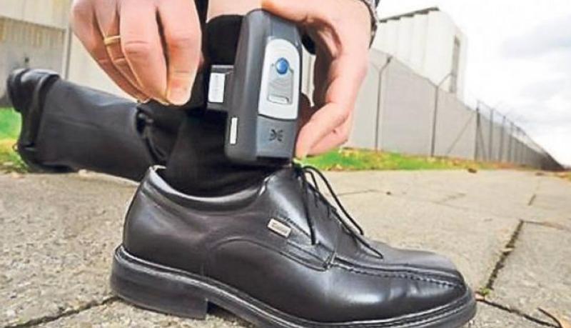 De astăzi, monitorizare cu brățări electronice pentru infractorii în arest la domiciliu. Dacă părăsesc imobilul sau încalcă condiţiile de deplasare se va considera că este infracţiune de evadare