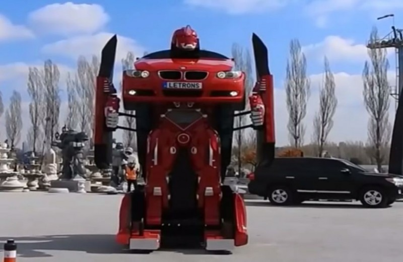 De data asta nu e film! Au transformat o mașină BMW într-un robot gigantic - VIDEO