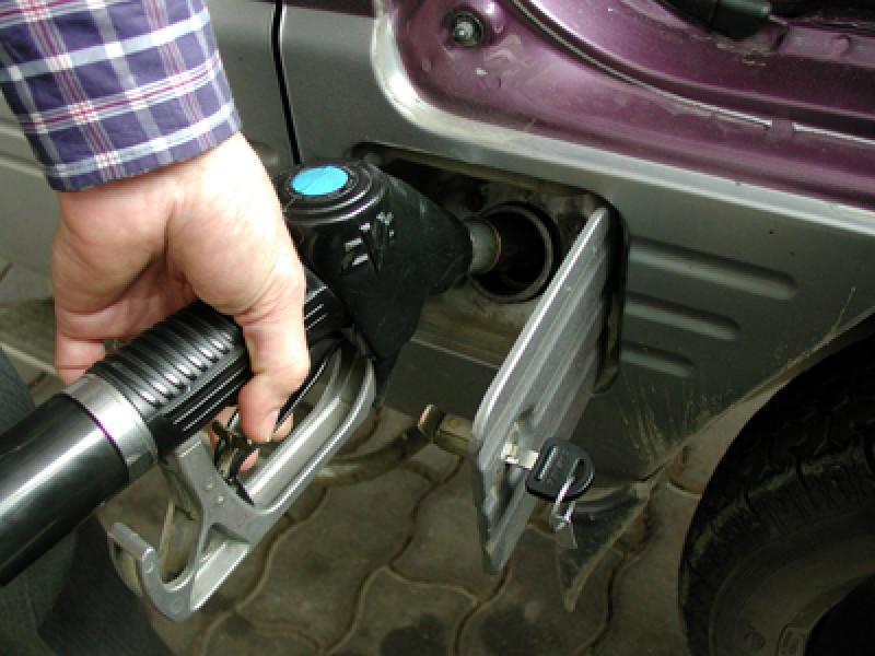 De maine se scumpesc carburantii