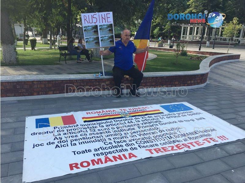 Decizie extremă! Un bărbat din Dorohoi a intrat în grevă în fața primăriei!