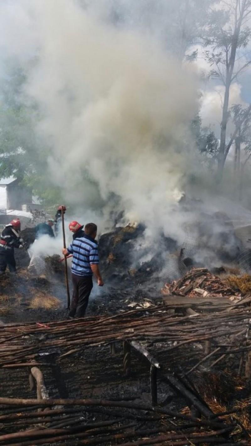 Depozit de furaje cuprins de flăcări! FOTO