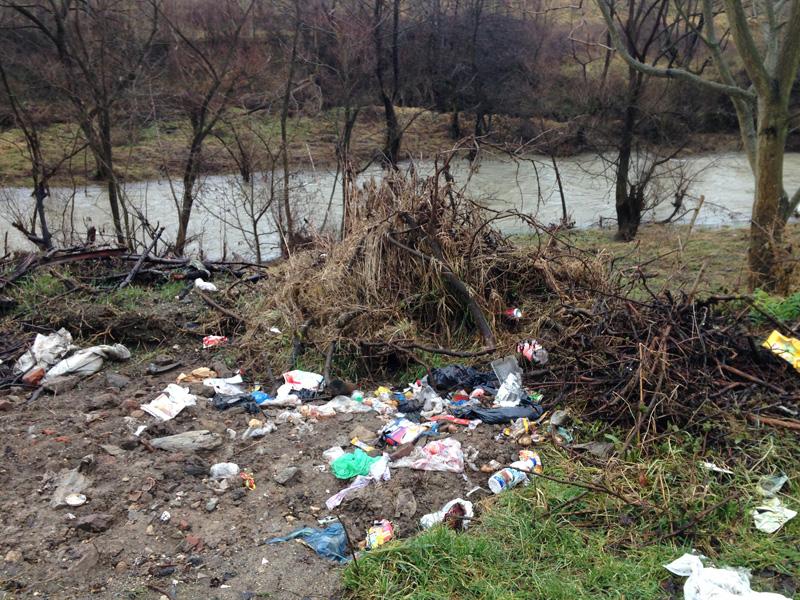 Depozite de gunoaie pe cursurile apelor din judeţ. Urmează şi sancţiunile!