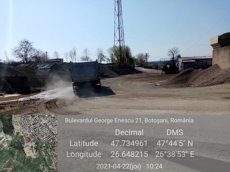 Depuneri de amestec de praf și agregate pe o stradă din Botoșani, provenite de la o Stație de betoane