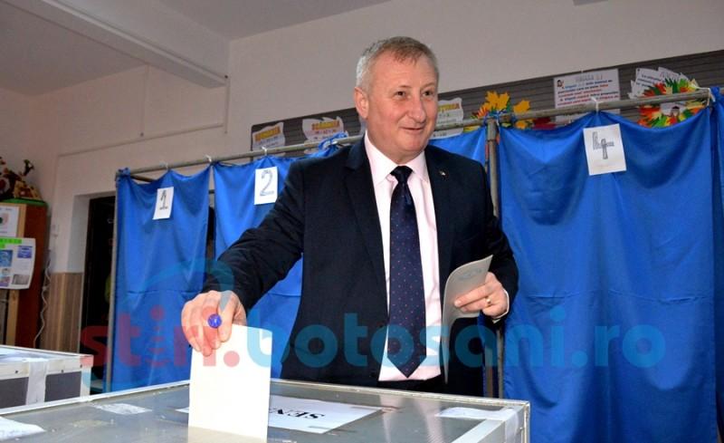 Deputatul Roman, la vot alături de familie - FOTO