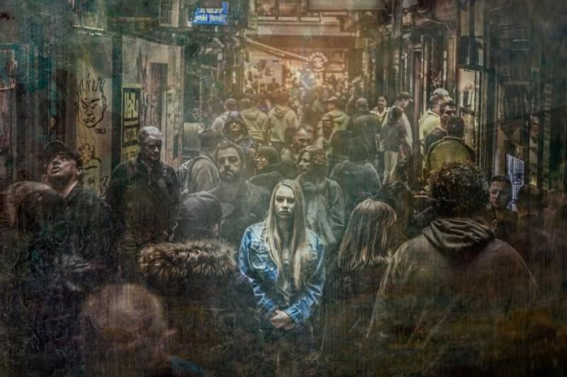 """DIASPORA TRISTĂ: """"O tânără din Botoșani ţinea telefonul în mână, cu lacrimile curgându-i nestingherit..."""""""