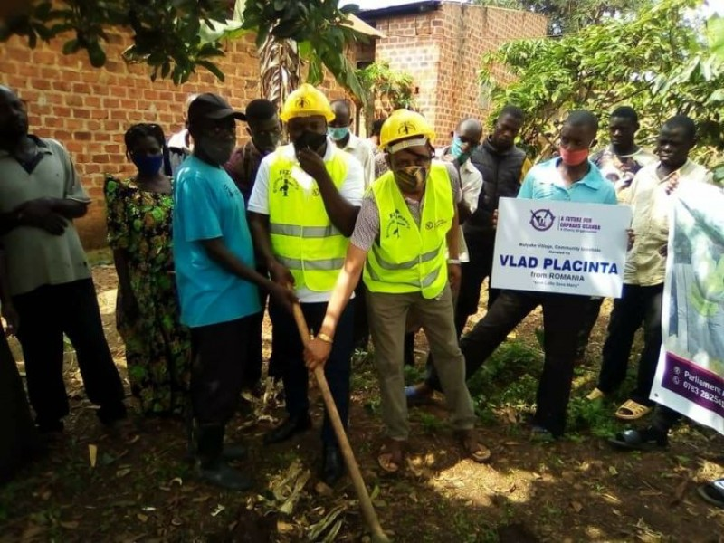 Din Africa, cu recunoștință pentru Vlad Plăcintă: botoșăneanul construiește fântâni cu apă potabilă pentru localnicii din Uganda