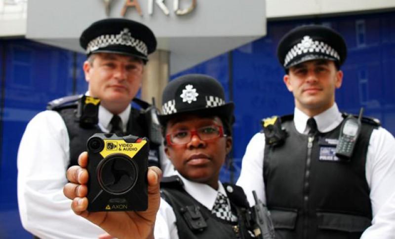Din august, polițiștii români vor fi dotați cu camere video ca Poliţia Metropolitană din Londra