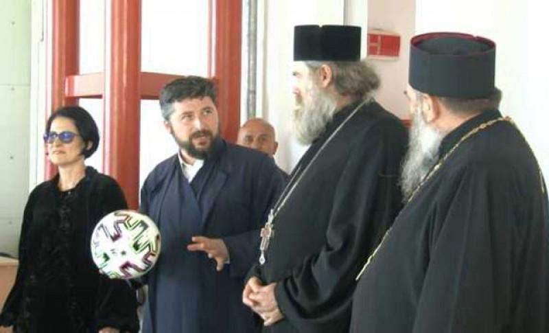 Din sutană pe terenul de fotbal. Zeci de preoţi din Botoşani au înfiinţat echipe de fotbal cu tinerii din sate care vin la biserică