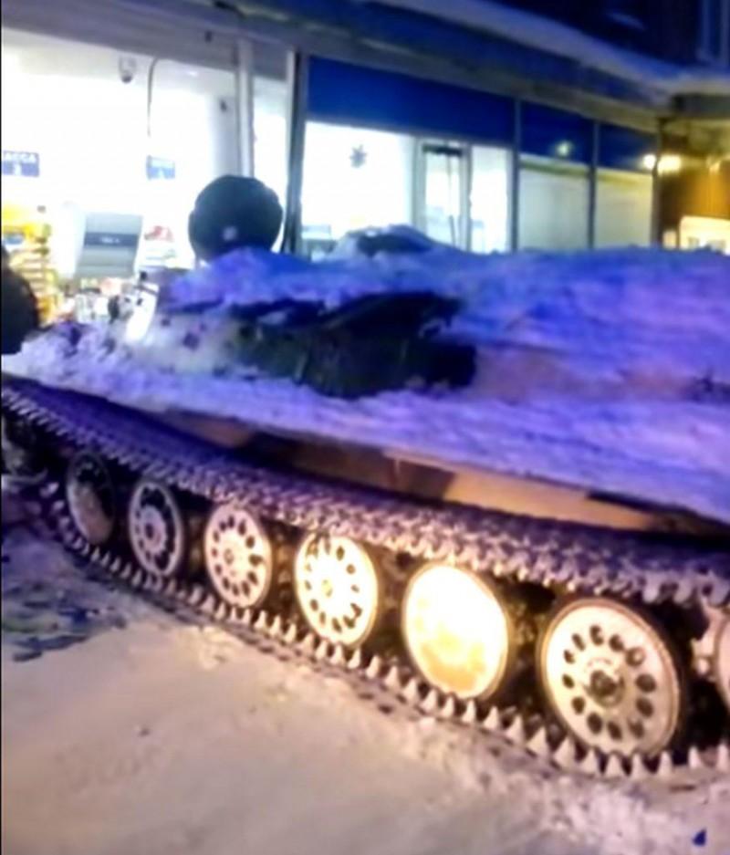 Doar în Rusia: cu transportorul blindat la furat din supermarket! VIDEO