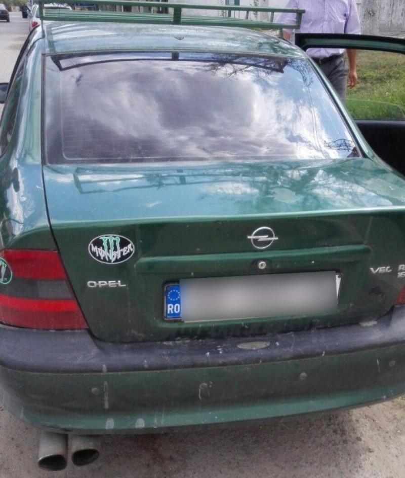 Documente fasificate pentru scoaterea din România a unui autoturism! FOTO