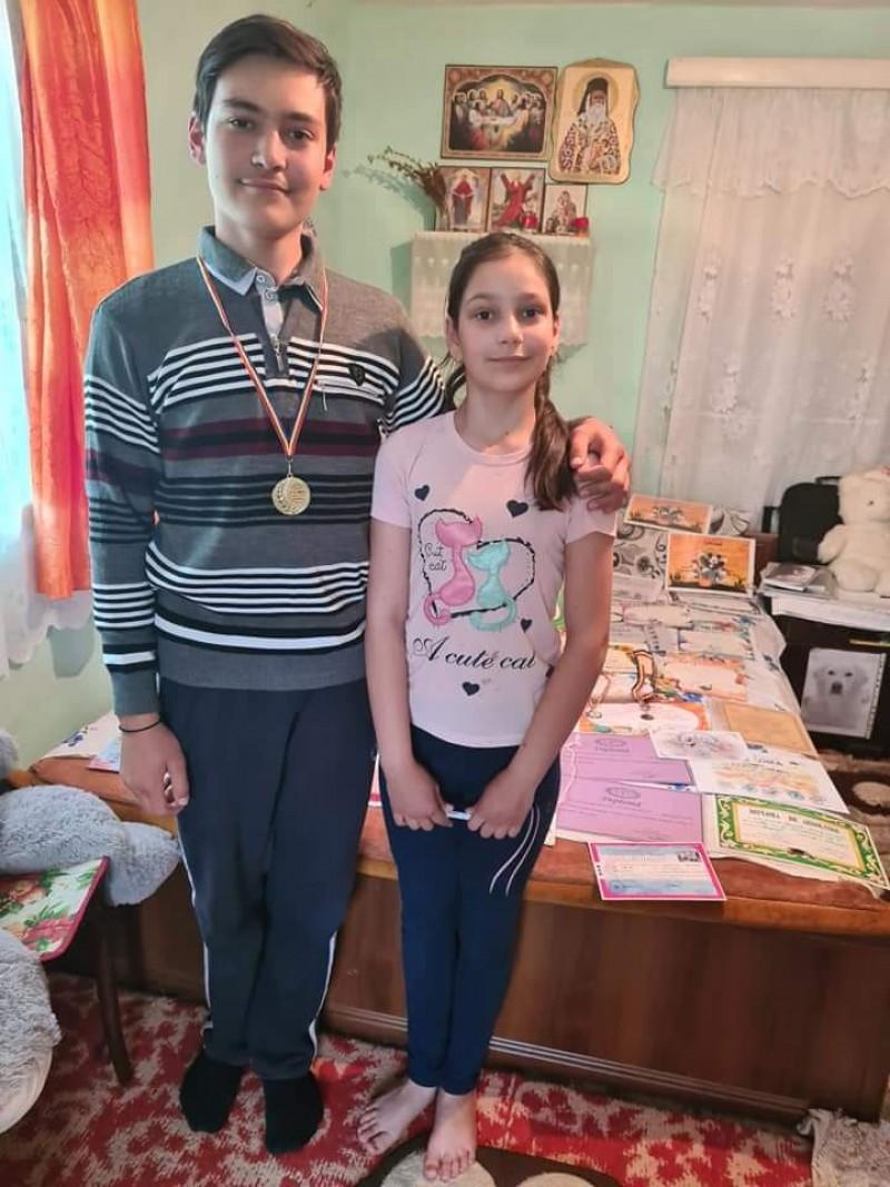 """Doi copii de """"aur"""" dintr-o localitate din Botoșani sunt condamnați la o sărăcie cruntă"""