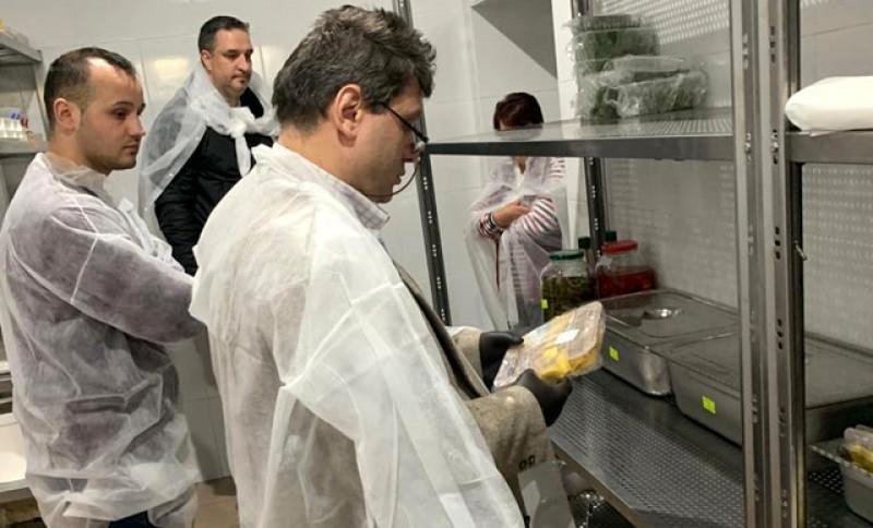 Doi operatori economici de renume din Botoșani au fost opriți temporar după controlul președintelui ANPC, Eduardt Cozminschi. În schimb, bucătăria unui complex i-a uimit pe inspectori: era mai curat ca-n farmacie!
