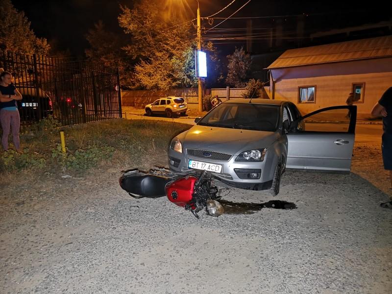 Doi tineri din Botoșani au ajuns în stare foarte gravă la spital după ce motocicletă cu care se deplasau s-a izbit de o mașină!