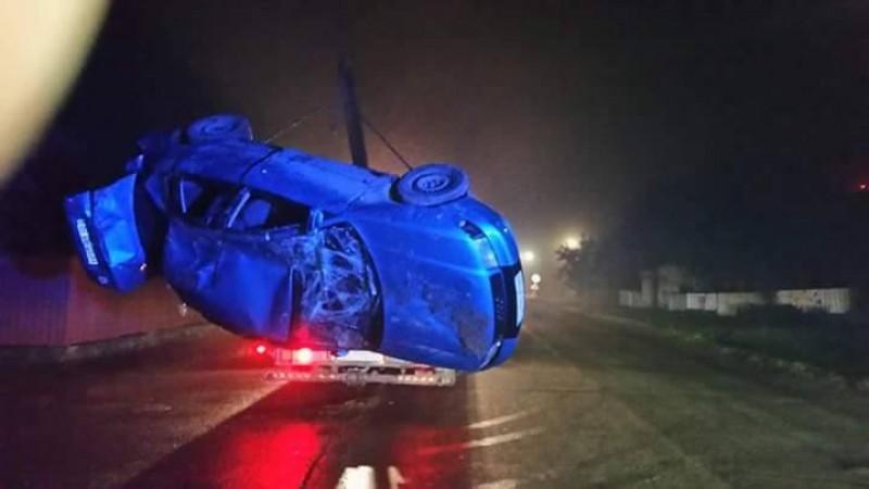 Doi tineri s-au răsturnat cu un Audi, la Zăicești, din cauza vitezei! FOTO