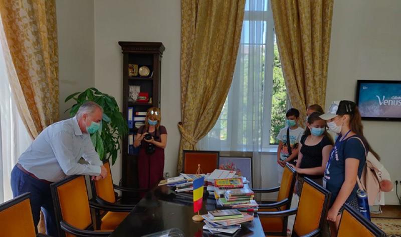"""Donație pentru """"cuiburile de cărți"""" din Botoșani"""