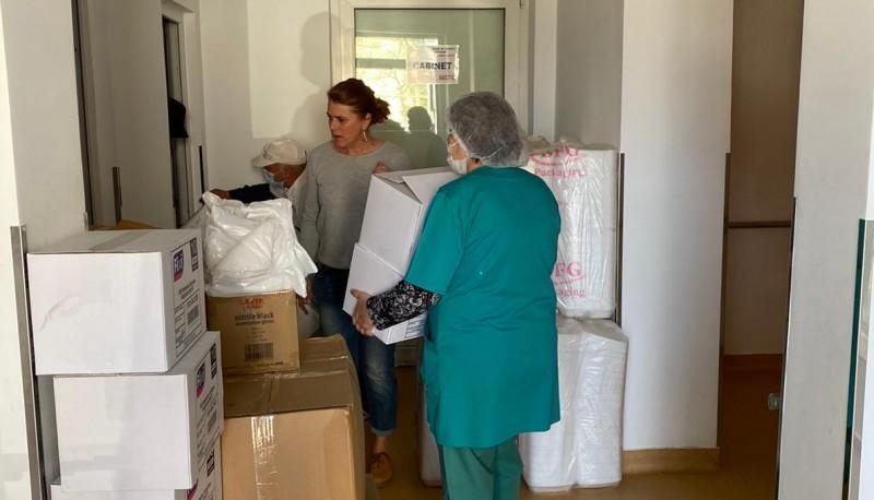 Donație pentru Secția Infecțioase din partea unui om de afaceri: mănuși, botoșei, capeline, farfurii, mașini de spălat