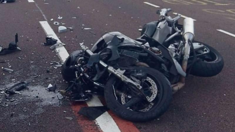 Dosar penal pentru tânărul de 19 ani care și-a abandonat victimele după un accident cu motociclul, apoi s-a dus țintă la bar