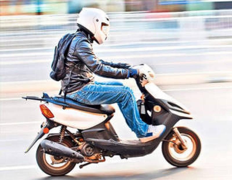 Dosar penal pentru un mopedist beat și fără permis!