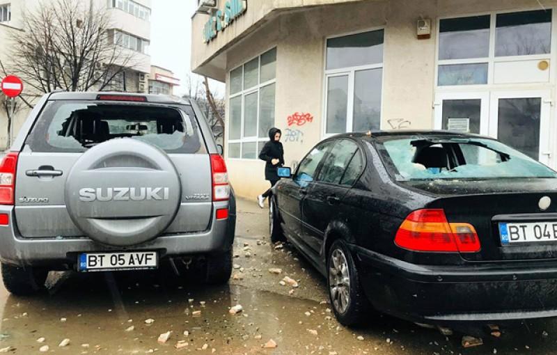 Două mașini au fost distruse noaptea trecută de tencuiala căzută de pe un bloc