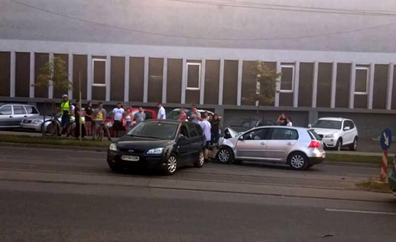Două mașini au fost puternic avariate după o ciocnire violentă pe strada Sucevei din Botoșani